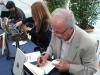 Joan Pla signa un exemplar d\'«Amor i mort a Venècia» a la XXX Fira del Llibre de Castelló
