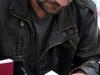 Josep Porcar signa un exemplar del seu llibre de poemes «Llambreig»